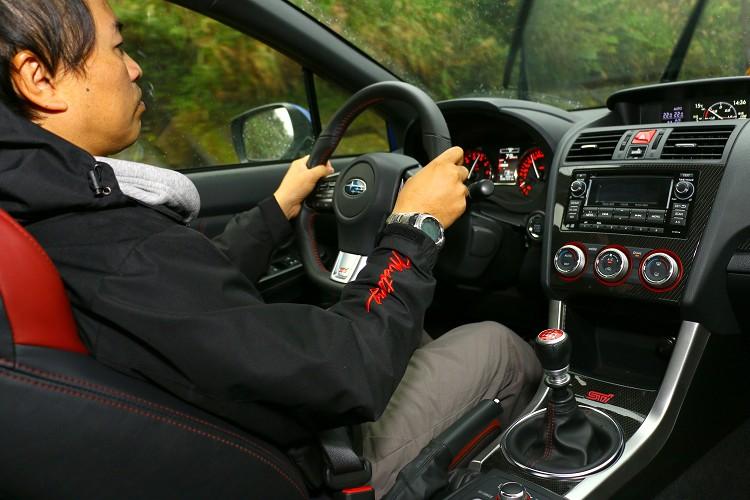 WRX STI完全是一輛硬派風格強烈的性能車,離合器重腳、方向盤重手、懸吊硬朗。