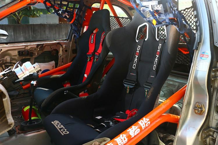 桶型座椅加上六點式安全帶可緊緊把車手固定在椅子上。