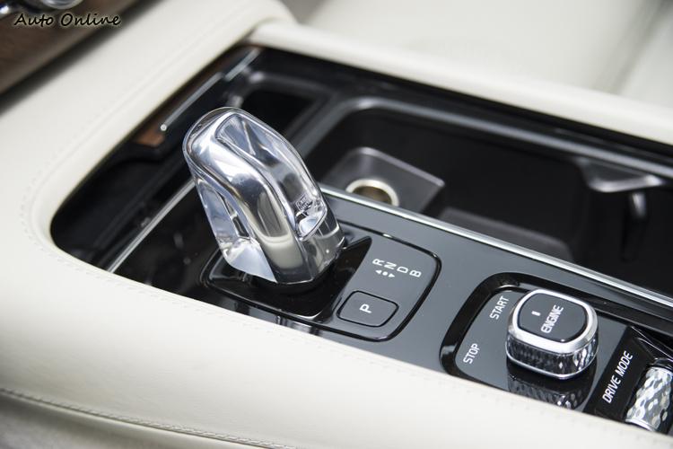 八速Geartronic手自排變速系統有著漂亮的Orrefors水晶排檔頭。