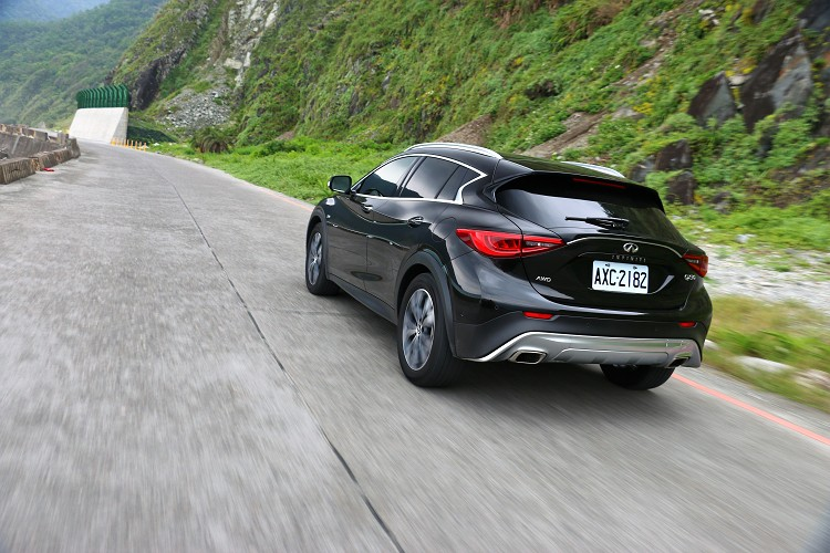 QX30搭載的是2.0升渦輪增壓引擎,配置四輪驅動系統,所以不要再說也只有車身高度與品牌的不同而已。