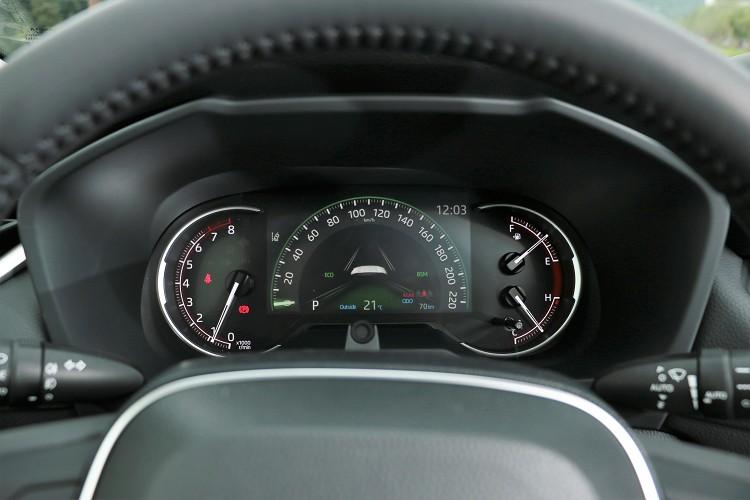 除了2.0豪華版外,其餘車型儀表板配置7吋螢幕。