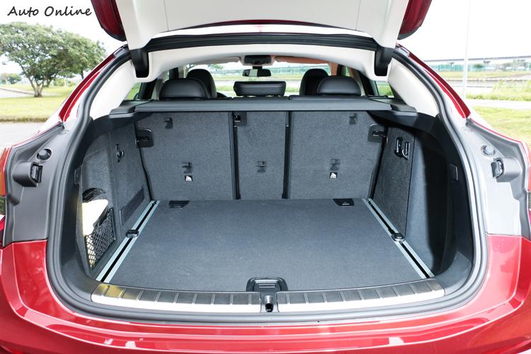 搭載40/20/40分離可傾倒後座椅背,後廂載物空間可視需求從原有的525公升擴充至1430公升。