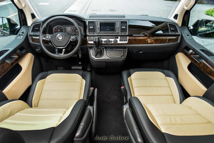 Highline車型標配新增雙色Nappa真皮座椅,搭配類胡桃木質飾板,整體豪華感大增。