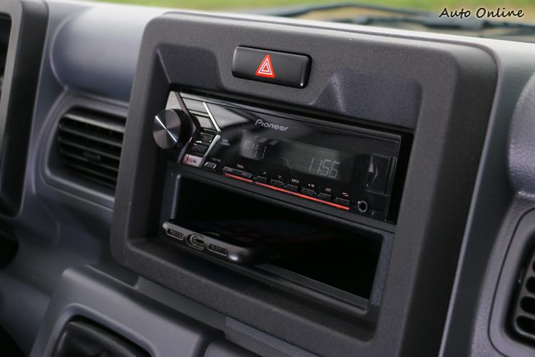 知名品牌1DIN音響主機,下方可放置小物品,當然頭家願意也能自行更換2DIN主機。