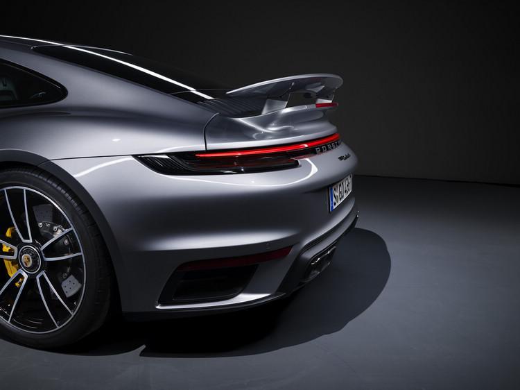 尾翼具備可伸展和傾斜角度的電動調整功能,主要取決於速度和所選擇的駕駛模式。