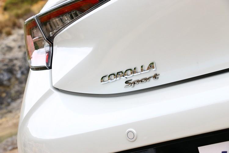 車尾原Auris字樣也被更改為Corolla Sport,其餘則維持原樣貌不變。