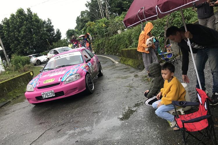 只要你來看過拉力賽,就會被現場的氛圍所感染,小朋友排排坐在起跑線,看著每一輛賽車依序起跑。
