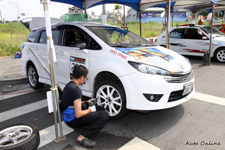 好爸爸支撐的Toyota Wish也來參賽,比賽結束馬上換回一般街胎。