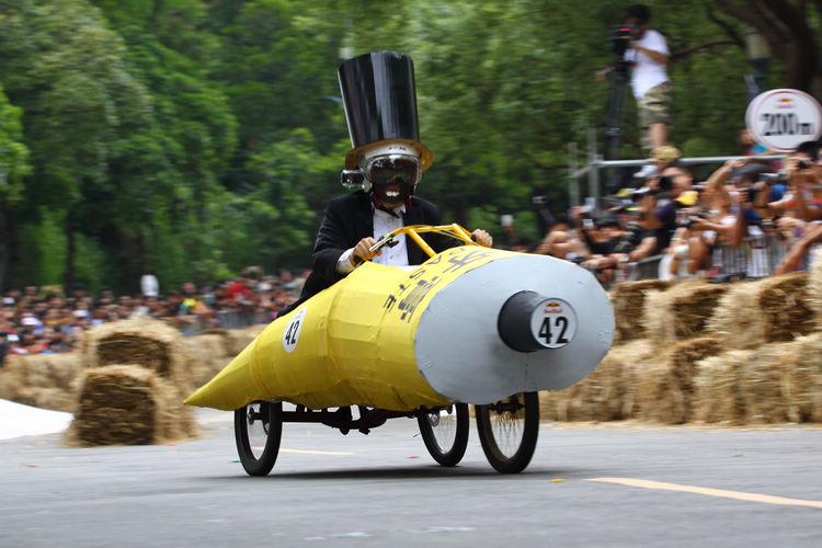 「爽人牙膏」隊以牙膏造型參賽,車速相當快,也能順利開上碗公彎。