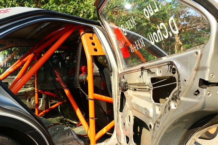 防滾籠的點數依照不同賽事有不同規定,車輛翻滾、撞擊能保護車室安全。
