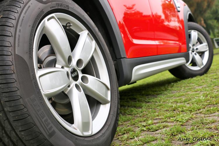 MINI Cooper Countryman搭配較小的鋁圈尺寸,與Cooper S版本有很大區別。