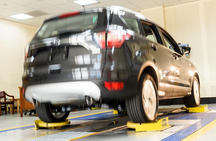 路況模擬實驗室以氣壓平台透過程式模擬不同路況,藉以聆聽車子在震動時所發出的聲音。