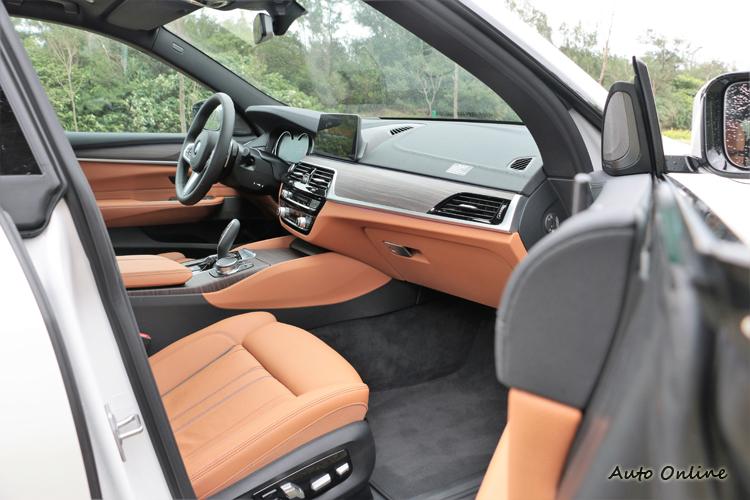 無框窗車門設計,內裝是我很喜歡的原木飾板。