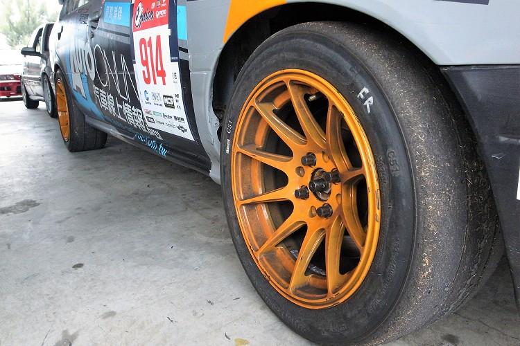 首次把輪胎規格從205/50R15換成了225/45R15,彎中的速度提升秒數進步到兩分六秒。