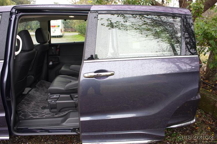 電動側滑門與較低的車高乘客進出車室更方便。