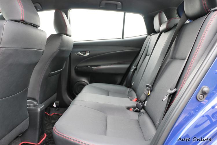後座空間維持改款前小車大空間,座椅車上紅色縫線散發熱血氛圍。