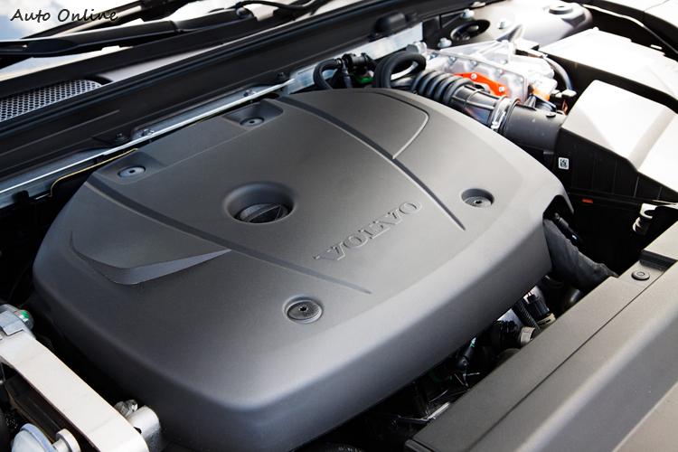 搭載綜效最大馬力407匹的油電動力系統,強勁但不暴力。
