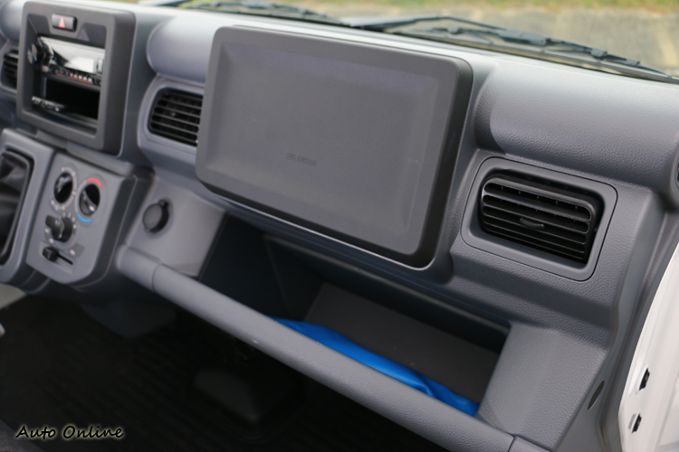上方大大面積方形樣貌是副駕乘客安全氣囊,下方則是額外的貼心置物空間。