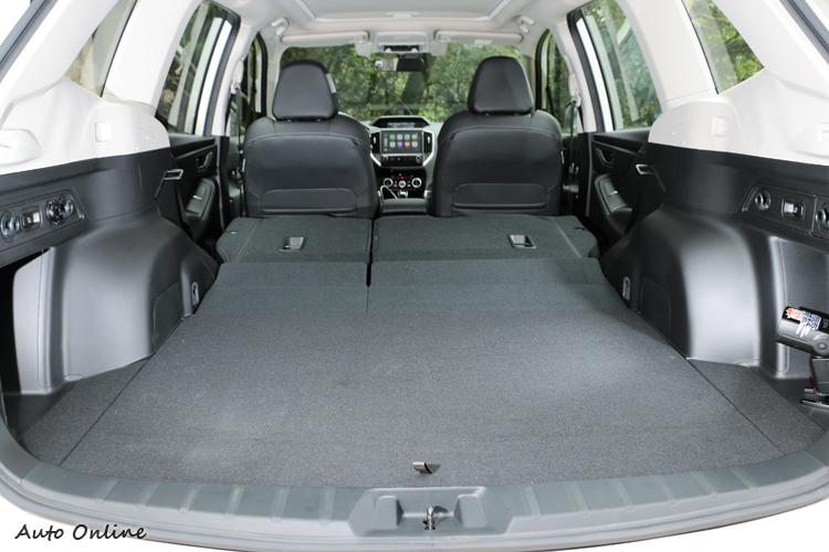 行李廂空間開口角大,容積達到520公升,後座椅背有6/4分離傾倒功能。