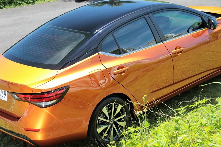 懸浮是的車頂樣貌,在雙色車身上不是很明顯,但如果車身、車頂同色,C柱的黑色飾板便能營造出懸浮感覺。