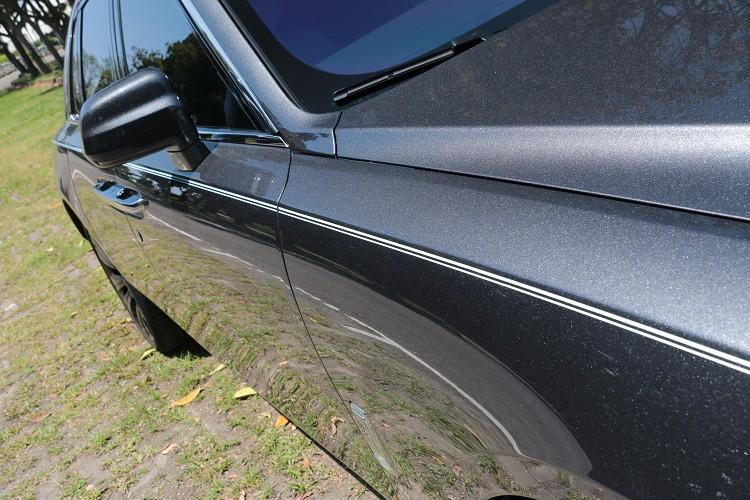 以老師傅純手工畫上的車身線條,從車頭一路延伸至車尾,線條筆直且銳利。
