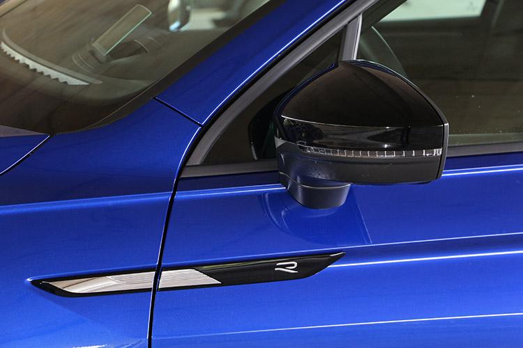 車側飾條和後照鏡都採用專屬的Black Style套件,並且配備R款專屬照地燈。