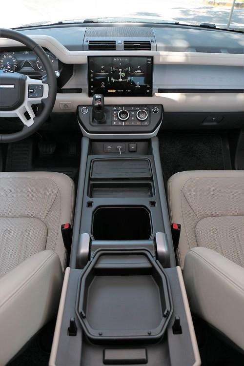 中央鞍座相當寬,設計多處置物空間,中央扶手內可選配冰箱。