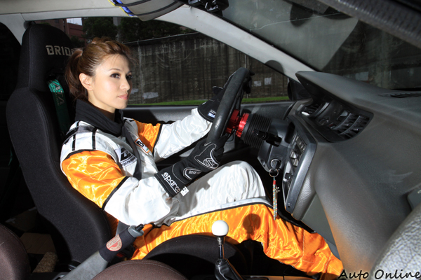 只要沈佳穎雙手握住方向盤,就看得出她對賽車的專注與熱愛。