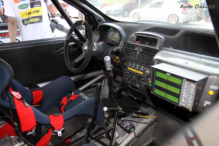 標準的比賽廠車內裝,如果預算充足我也想要一輛這樣的比賽車。