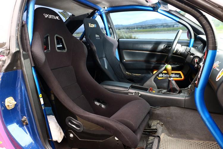 車內兩張桶型賽車座椅,加上醒目藍色防滾籠,戰鬥氣息滿分。