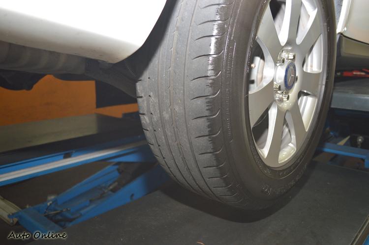 新車至今已行駛兩萬公里的固特異休旅胎,達到需更換的安全底線,為避免受罰早早更換利大於弊。