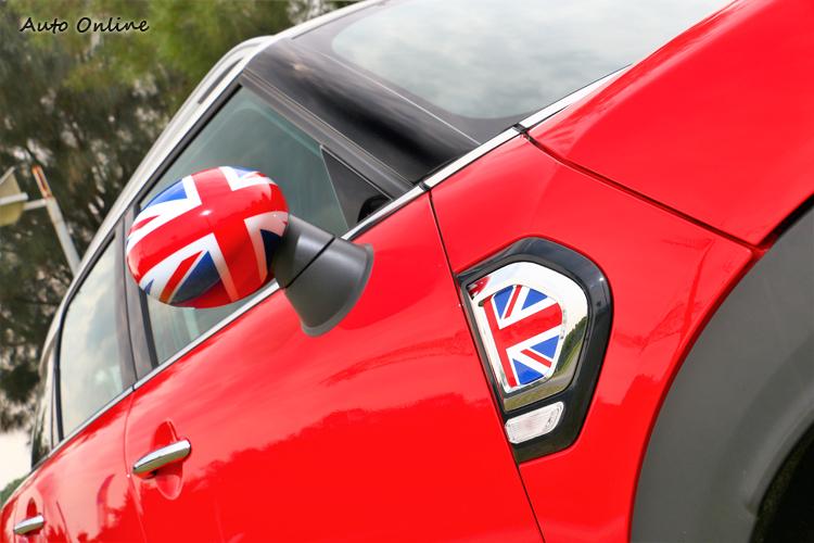試駕車款選配經典英國旗後視鏡外蓋及邊燈飾板組,對MINI外觀有畫龍點睛的效果。