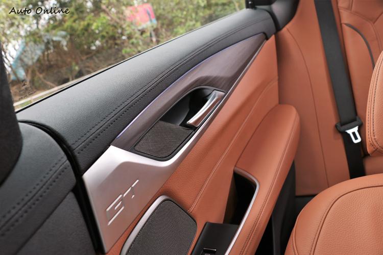 後座車門飾板上可以看到GT專屬字樣。