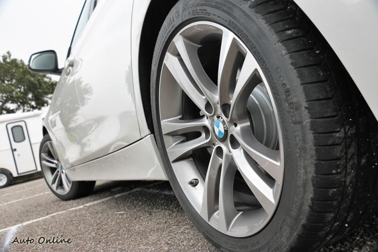 選配18吋雙輻式規格鋁圈,搭配前225/45R18與後255/40R18規格輪胎。