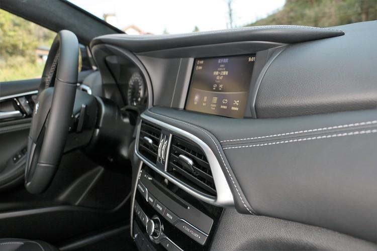 中控台皮革包覆加上白色車縫線帶來高質感,影音系統標準配備7吋整合觸控螢幕。
