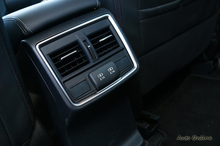 後座USB充電孔和後座冷氣空調通風口等,為乘客帶來更高的實用便利性。
