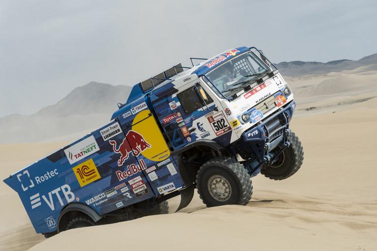 卡車組在達卡大賽的比拼場面也很有看頭,龐大的怪獸在千匹馬力驅策下,騰越時的視覺效果相當震撼。