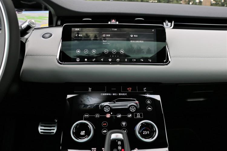 中控台兩個10吋觸控螢幕,上支援Apple CarPlay、Android Auto,整合新世代 Terrain Response 2第二代全地形反應系統以及冷氣空調。