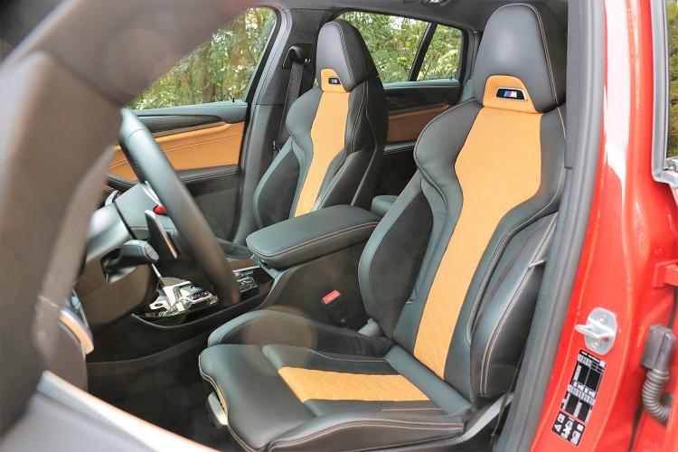 全新蜂巢式設計的M專屬雙前座跑車座椅,採用BMW Individual Merino真皮材質,呈現最柔軟、舒適的乘坐感受。