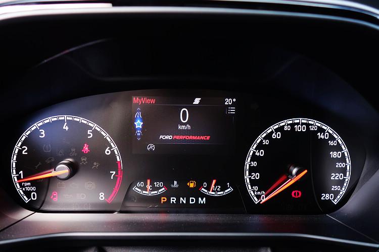 駕駛者亦可透過儀表板中的4.2吋全彩LCD液晶智慧多功能儀表板查看車輛資訊。