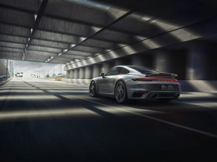 新一代911 Turbo S空力技術更先進,能根據駕駛路況、時速及所選駕駛模式,精確地調整車輛的空氣力學特性。