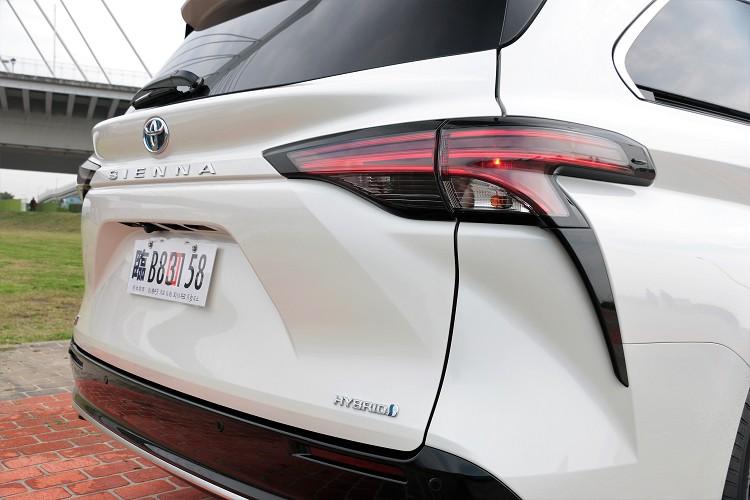 車尾尾燈的造型非常前衛,又有點老大哥Lexus的設計元素。