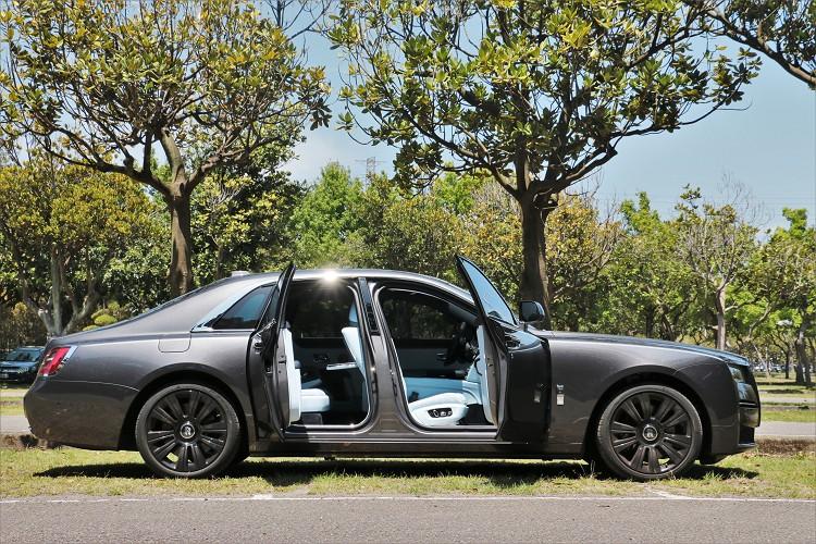 想要打開車門進入車內,只需對門把輕輕一按,源自古典馬車的對開式車門就會自動開門。
