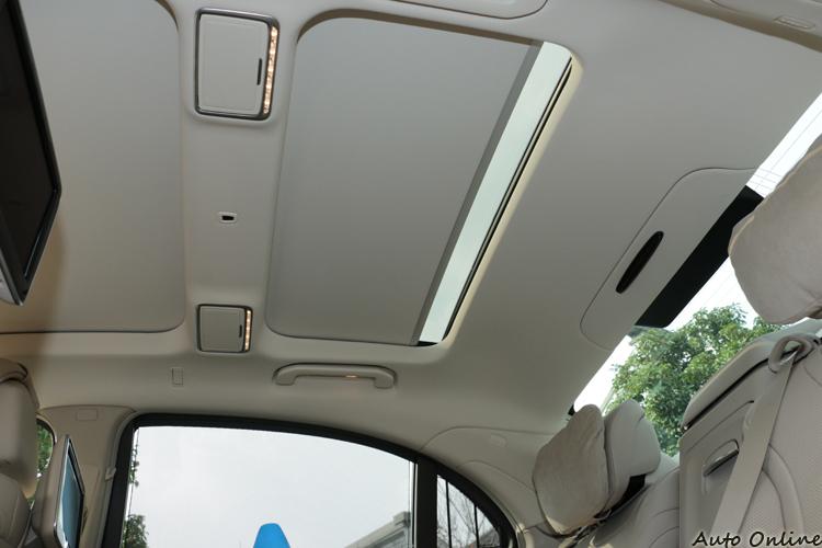 後座車頂的天窗可以由後座椅與前座啟閉,化妝鏡與閱讀燈都是由LED發出的溫暖黃色光。