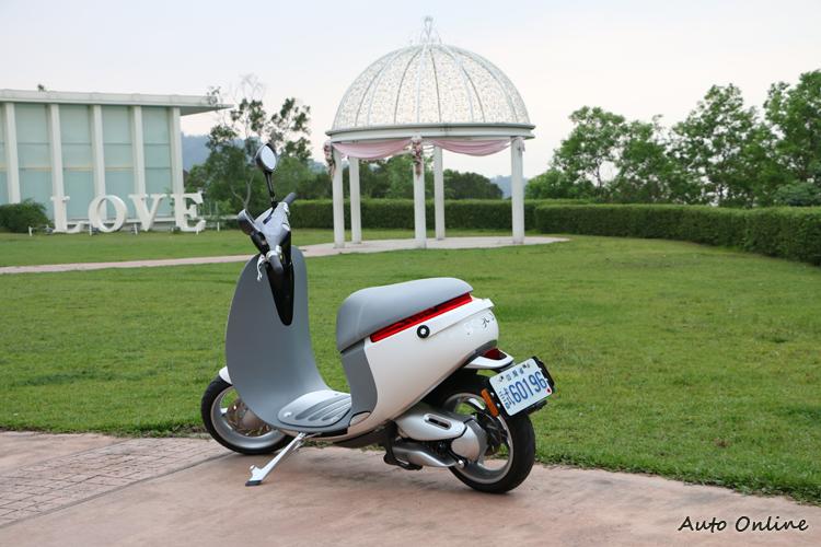 SmartScooter採用鋁合金單體車架,以及類似Vespa的中空腔體車身。