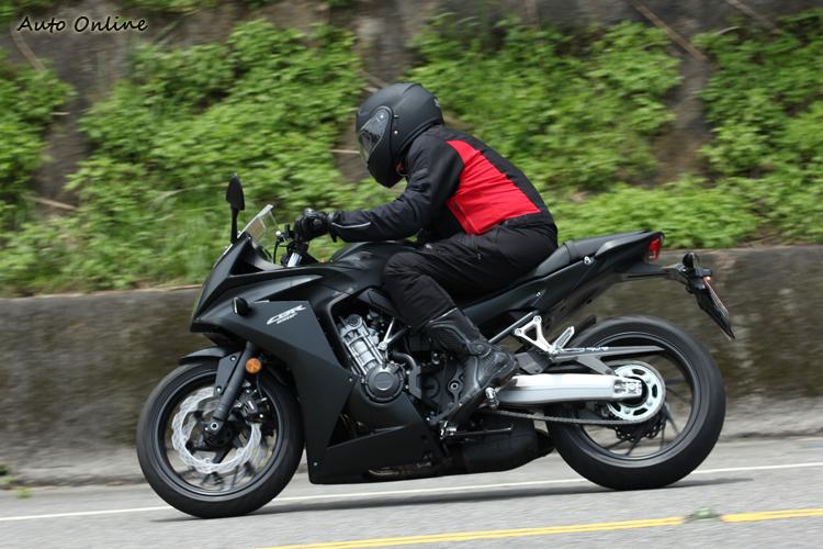 左側看不到四缸的排氣管,鋁合金後懸臂仍非常亮眼。後移的踏板可做出更大的傾角,雖不是RR等級,會騎的在北宜非常威猛。