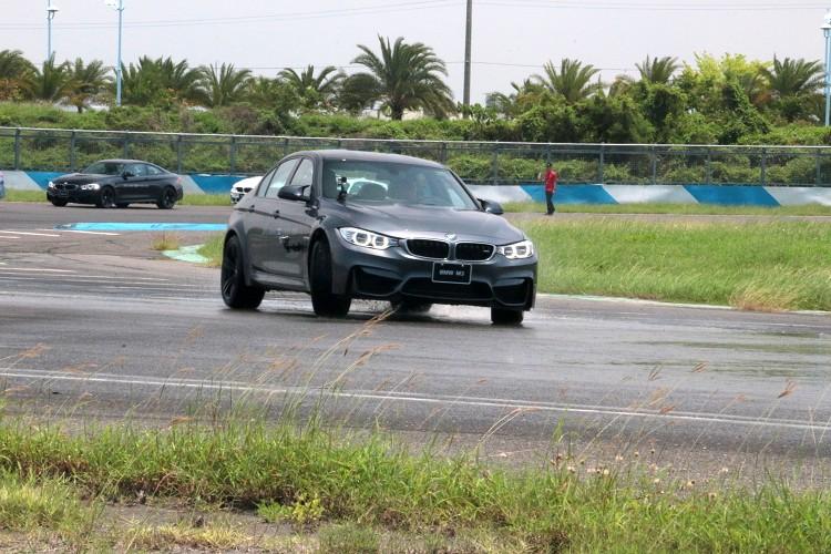 刻意把路面用濕,降低輪胎抓地力,體驗DSC動態穩定性統的重要性。