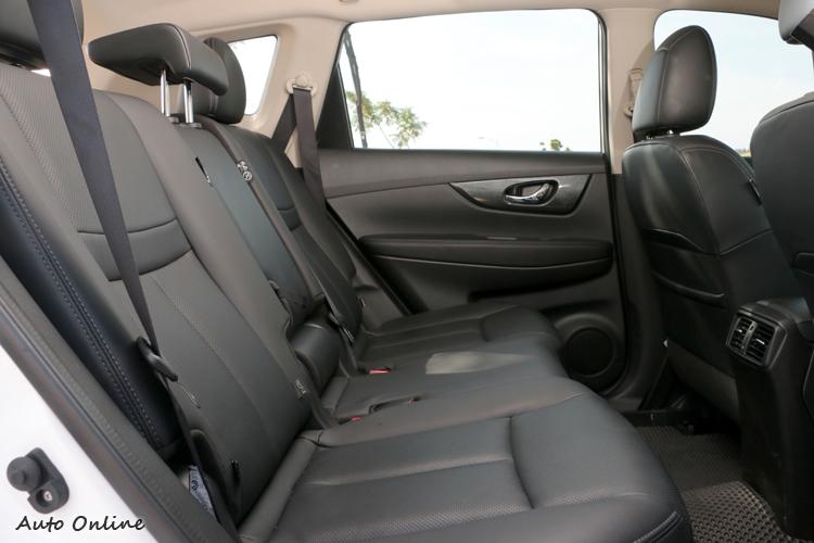 後座座椅能前後以及角度上的調整,不過刻意加高的後座座椅,頭部會有點壓迫。