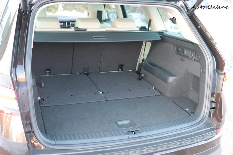 第三排座可以獨立平整收納,即便滿載七人也有足夠的載貨空間。二排座椅可從側邊拉柄控制傾倒,採4-2-4獨立設計。
