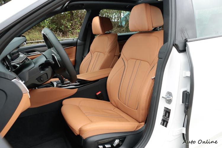 坐上駕駛座發現高度增加,帶來駕駛者更觀闊的視野,剛好介於休旅車與轎車之間。